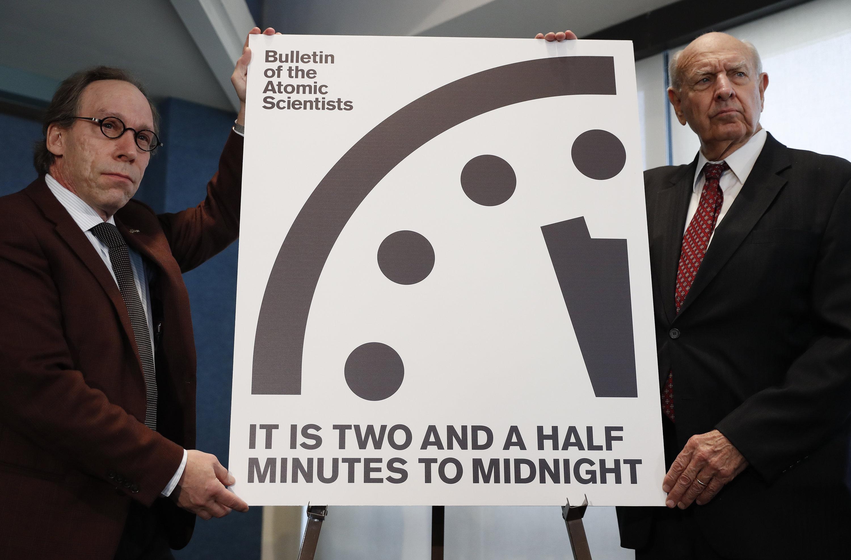 Zweieinhalb Minuten vor zwölf: Die Wissenschaftler Lawrence Krauss (theoretischer Physiker) und Thomas Pickering (rechts) stellten in Washington die sogenannte Weltuntergangsuhr (Doomsday Clock) vor. Sie zeigt die von Wissenschaftlern eingeschätzteBedrohung der globalen Sicherheit an.