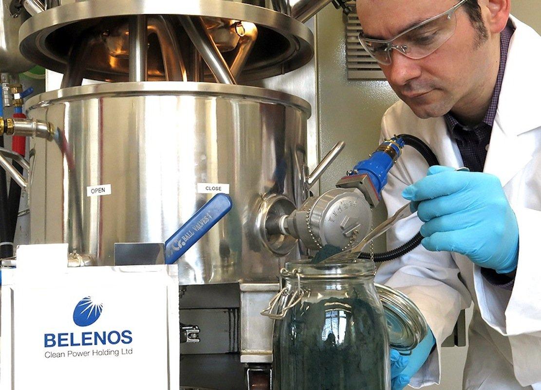 Die Swatch-Tochter Belenos hat einen Akku entwickelt, der aufVanadiumpentoxid basiert. Das blaue Pulver ist vorne im Glasgefäß zu sehen.