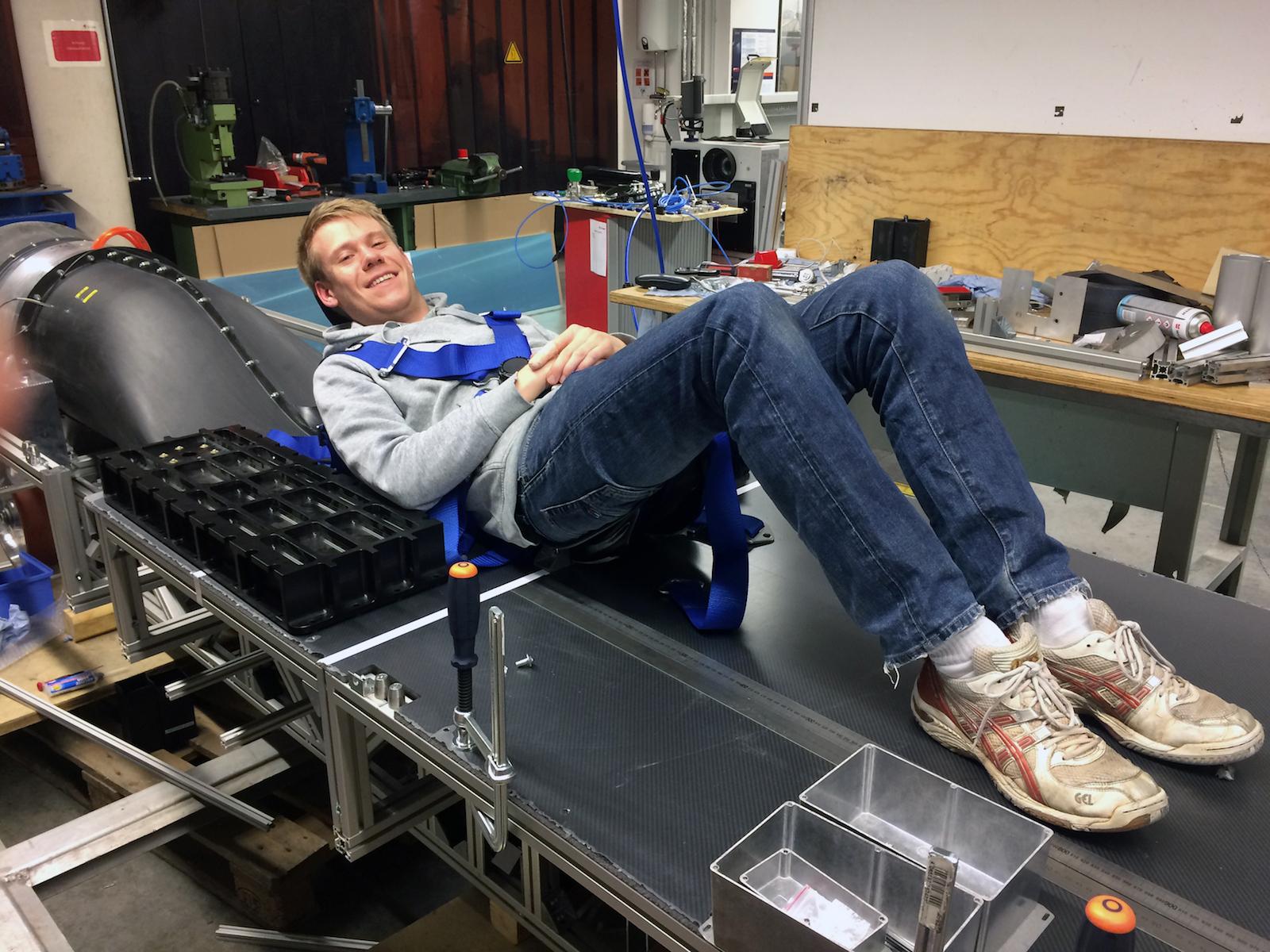 Thomas Ruck beim Probeliegen in der Passagierkapsel WARR Hyperloop: Der 26-jährige Student der Luft- und Raumfahrt an der TU München hat sich ein Jahr lang ausschließlich mit dem Projekt beschäftigt. Er ist für die Bremsen zuständig.