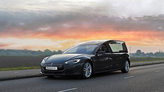 Auch bei Beerdigungen zeigt sich derzeit ein Trend hin zum Elektroauto: Diesen Leichenwagen auf Basis des Tesla Model S hat jetzt der niederländische Fahrzeughersteller RemetzCar vorgestellt.