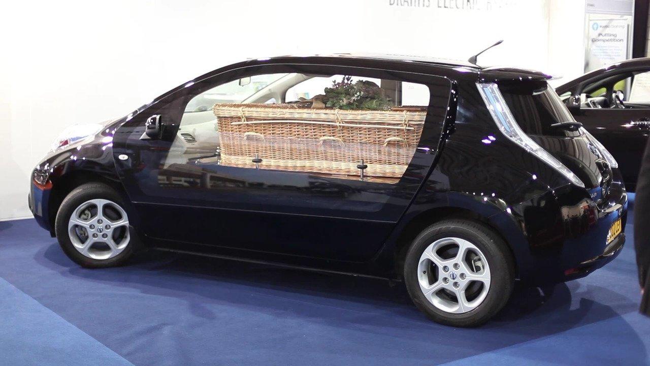 Die kleinen Seitentüren des Nissan Leaf sind durch eine große Panoramatüre ersetzt worden.