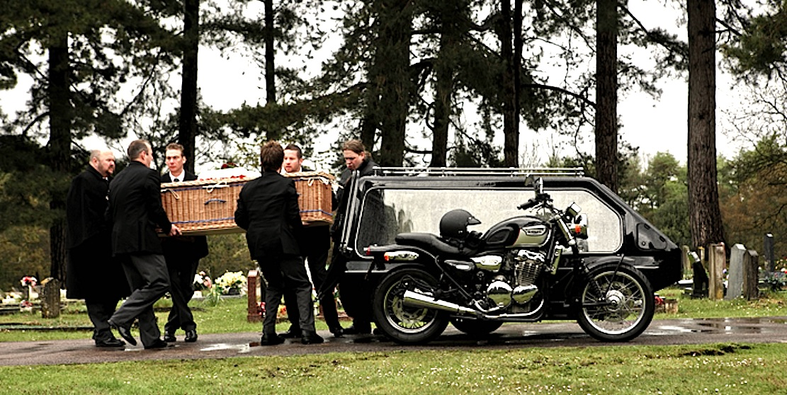 Auch mit Motorrädern samt Beiwagen sind inzwischen Beerdigungen möglich.