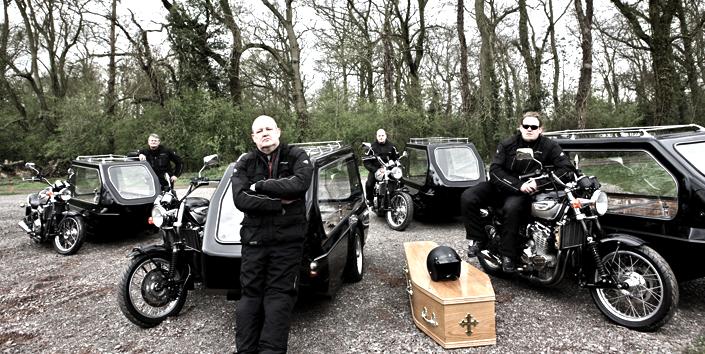 Viele Motorradfahrer in Großbritannienwünschen sich nach ihrem Tod, von ihren Freunden mit Motorrad und Beiwagen zum Friedhof gefahren zu werden.