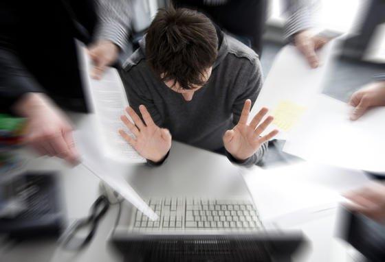 Sie sind zu reserviert, zu mitteilsam, Sie erledigen private Angelegenheiten am Arbeitsplatz - das alles kann für Sie irgendwann zu Karrierekiller werden.