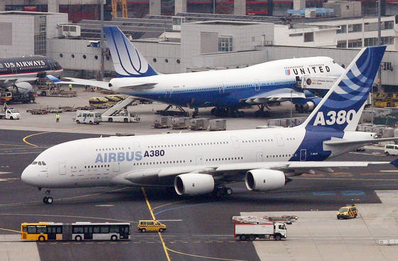 Ein Airbus A380 rollt auf dem Flughafen von Frankfurt am Main an einer Boeing 747 vorbei. Airbus 380 ist zwar gigantisch, aber doch nicht das größte Flugzeug der Welt.