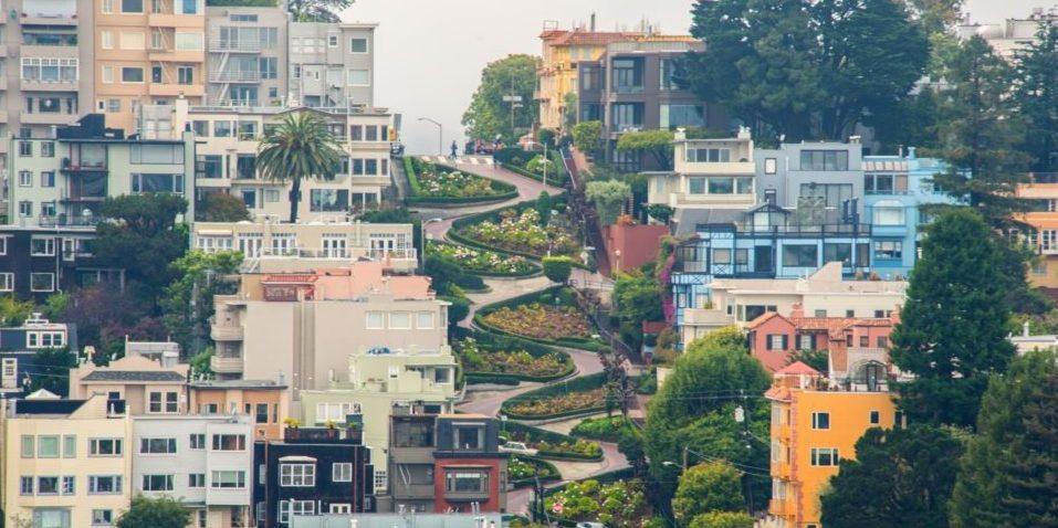 Lombard Street in San Francisco ist nicht nur als ein beliebtes Fotomotiv bekannt, sondern auch als die kurvenreichste Straße der Welt.