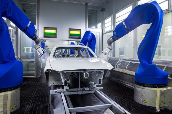 BMW-Lackiererei im Werk Leipzig: Hier bekommt das Auto seine Original-Lackierung. In Zukunft gibt es eine App fürs Smartphone, die bei einem gebrauchten Wagen überprüfen kann, ob es Stellen gibt, an denen nachlackiert wurde. Und das vermeintlich unfallfreie Auto eben doch schon eine Reparatur hinter sich hat.