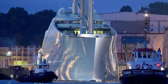 Die Segeljacht Sailing Yacht A wird überführt.