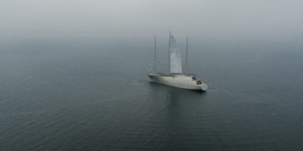"""""""Sailing Yacht A"""" liegt auf der Kieler Förde vor Strande im Nebel vor Anker."""