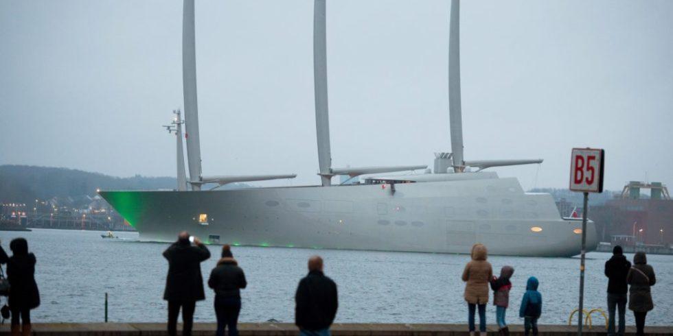 Die Sailing Yacht A verlässt den Hafen von Kiel.
