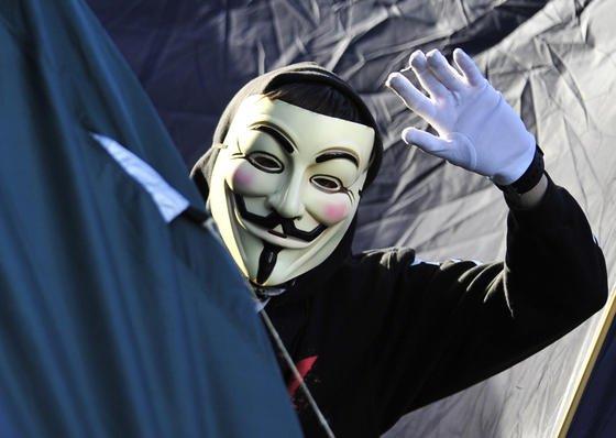 Ein Aktivist mit einer Guy-Fawkes-Maske, dem Erkennungszeichen der Hackergruppe Anonymous: Ein Hacker der Gruppe hat über 10.000 Seiten im Darknet blockiert, das sind etwa 20 % aller Seiten in dem geheimen Teil des Internets.