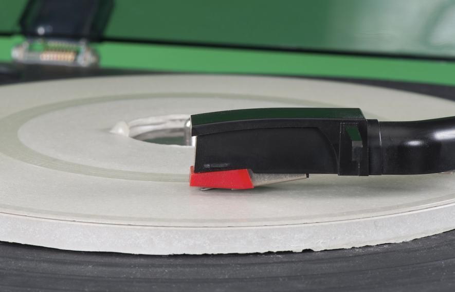 Diese Schallplatte haben die Ingenieure derBundesanstalt für Materialforschung und -prüfung aus ultrahochfestem Beton gefertigt. Die Oberfläche kann so filigran bearbeitet werden, dass sogar die Prägung einer echten Schallplatte möglich ist.