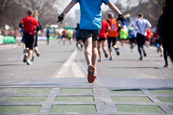Stromerzeugende Pavegen-Platten beim Paris-Marathon: Bei jedem tritt auf eine Platte wird Strom erzeugt. Zudem können Platten auch Daten erfassen wie die Zahl der Läufer.