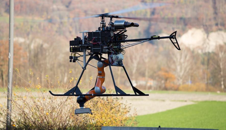 Drohne des DLR: Ingenieure haben den Flugroboter mit einem industriellen Greifarm ausgestattet.