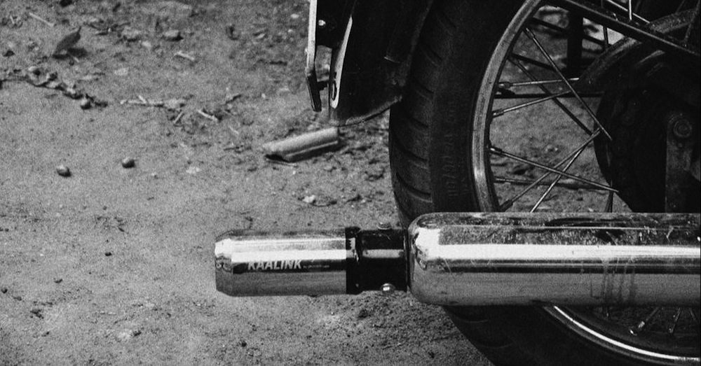 Sieht aus wie eine Blechdose: das patentierte Filtersystem Kaalink am Motorradauspuff montiert.
