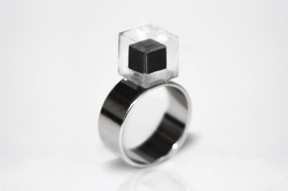 Ein Ring von Daan Roosegaarde: Der Stein ist aus dem Kohlenstoff aus 1.000 Kubikmeter Luft gefertigt.