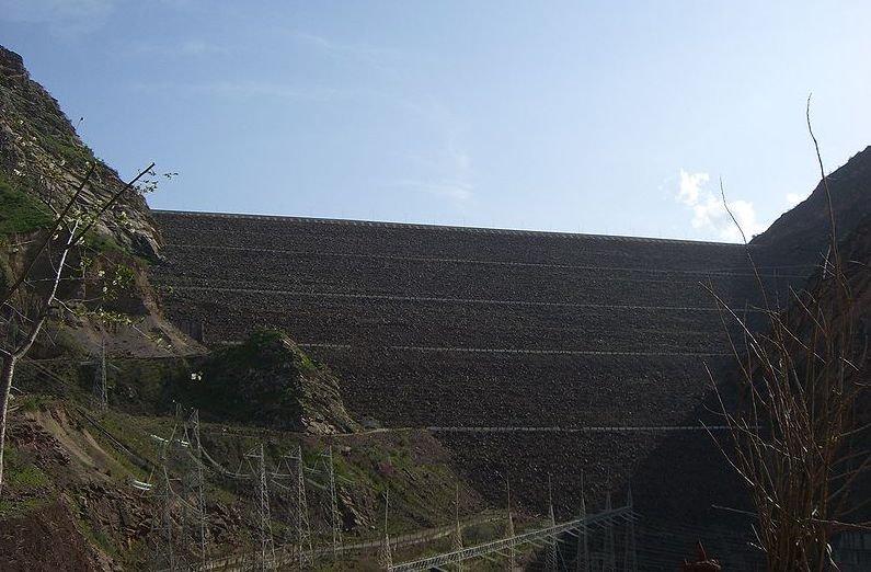 300 m hoch und 704 m lang ist der Nurek-Steinschuttdamm.