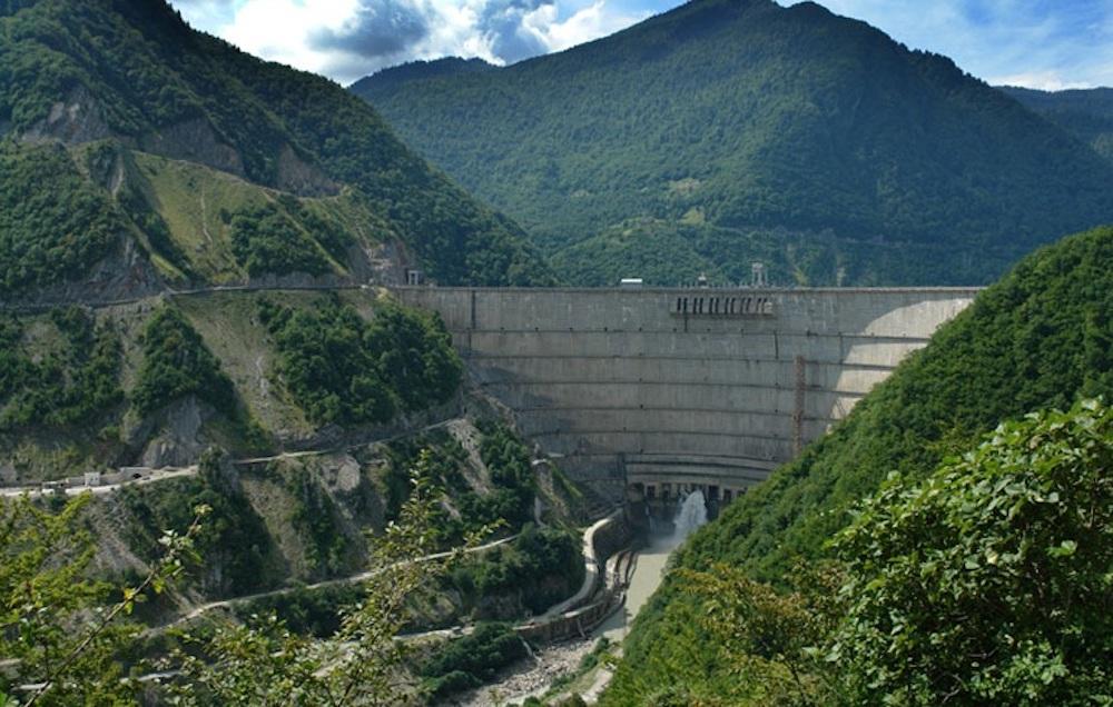 Die höchste Staumauer im Kaukasus ist mit 271,5 m der im Westen Georgiens angesiedelte Enguri-Staudamm.