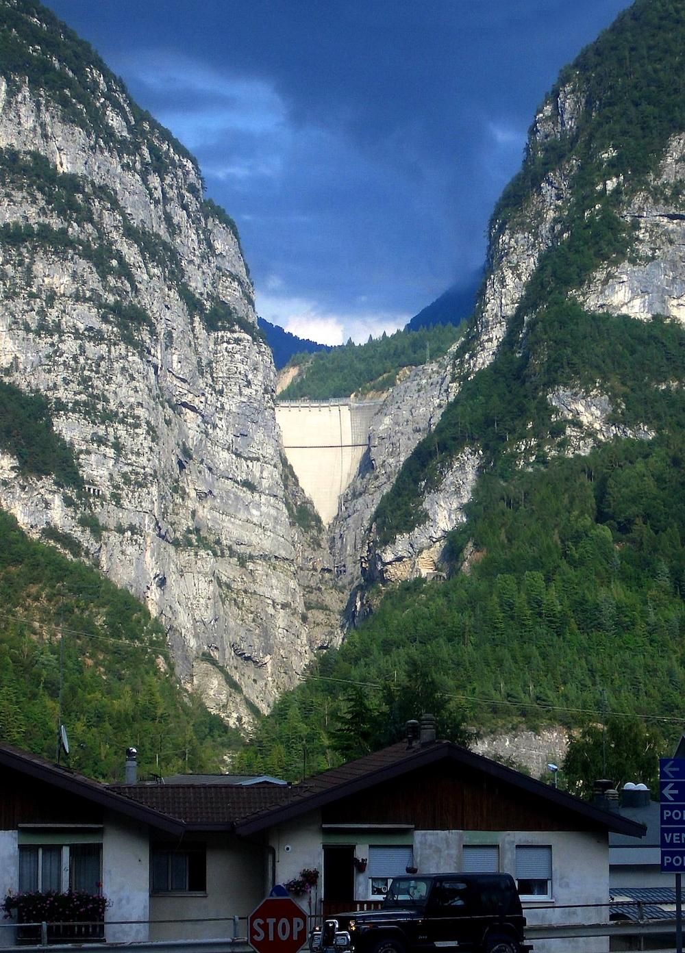 Vajont-Staumauer: Der Wald dahinter wächst auf dem Schuttberg der Katastrophe vom Oktober 1963