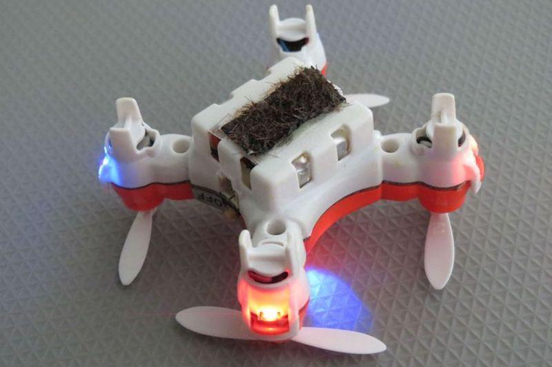 Die Roboterbiene von unten – präpariert mit Pferdehaar und Spezialgel.