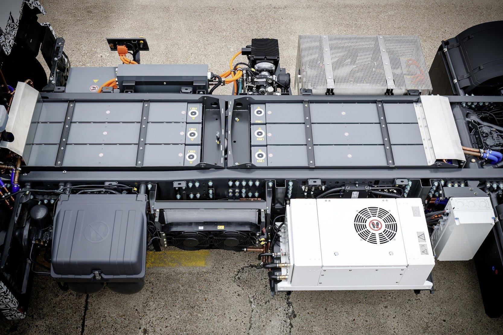 Das modular aufgebaute Batteriepack ist im Chassis des Lkw untergebracht, unter den späteren Aufbauten.