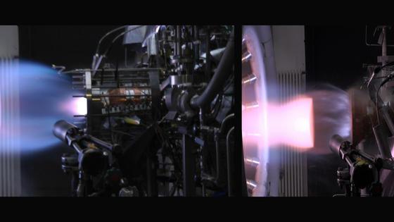 Bei der ersten Brenntestkampagne des Projekts Salsa wurden zwei verschiedene Einspritzköpfe erprobt. Links sieht man das von Airbus Safran Launchers entwickelte System. Bei dem Test wird mit Hilfe des Einspritzkopfes Treibstoff in die Brennkammer gesprüht, der dort gezündet wird. Rechts ist das in Brasilien konzipierte System desInstitutode Aeronáutica e Espaço (IAE) zu erkennen.