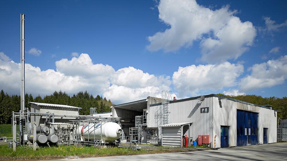 Prüfstand P8 des DLR-Instituts für Raumfahrtantriebe: Hier untersuchen die DLR-Wissenschaftler das Verhalten hochenergetischer Treibstoffe. Dabei sollen insbesondere die hochkomplexen Verbrennungs- und Treibstofftransportvorgänge in der Brennkammer verbessert und die entsprechenden Technologien weiterentwickelt werden. Im Frühjahr 2016 wurde der Teststand erweitert, so dass hier nun auch Ethanol als Treibstoff erprobt werden kann.