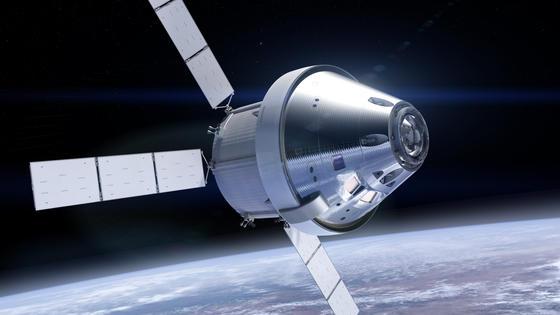 So werden sie gemeinsam zum Mond fliegen: Vorne im Bild zu sehen ist die Orion-Kapsel der Nasa, dahinter ist das Servicemodul der ESA mit den Solarsegeln zu erkennen, das die Orion-Kapsel versorgt und bei Airbus in Bremen gebaut wird.