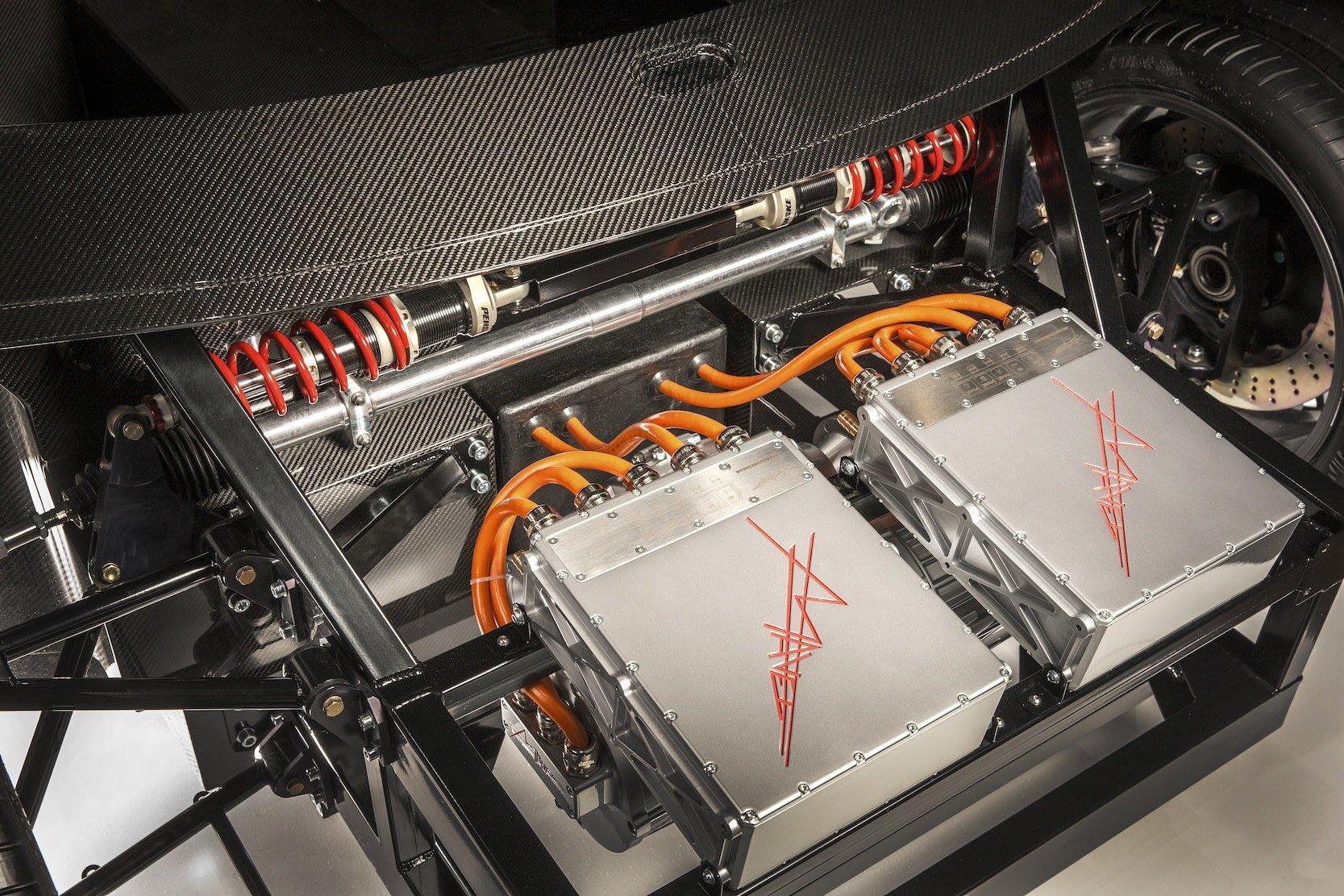 Dank der Turbine als Range Extender kommt der Supersportler mit einer kleinen Lithium-Mangandioxid-Batterie mit 20 kWh Leistung aus.