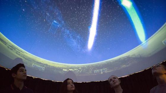 Im DLR-School-Lab – dem ersten Club in Bremen für raumfahrtbegeisterte Jugendliche – konnten Clubmitglieder im Oktober 2016 live die ansonsten unsichtbare kosmische Strahlung sehen.