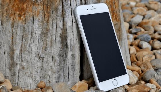 Unsichtbar geschützt: Bei diesem Smartphone-Display wirkt Nanotechnologie. Aufgetragen wurde Flüssigglas, 500-mal dünner als ein menschliches Haar, ist es ausgehärtet so bruchfest wie Rubin oder Saphir.