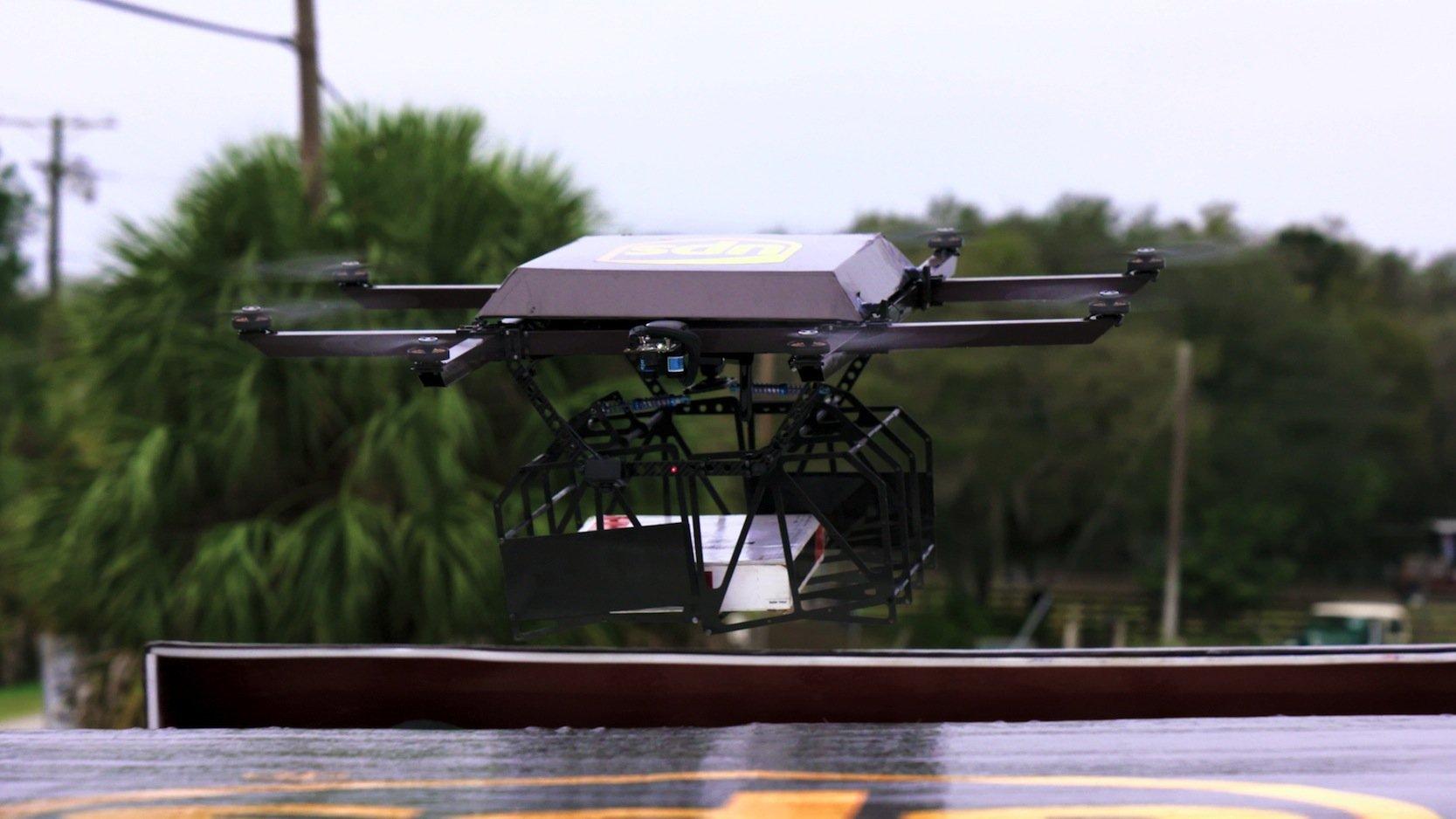 Die Drohne hat eine Reichweite von einer halben Stunde lädt sich auf dem Dach des Fahrzeuges wieder auf.