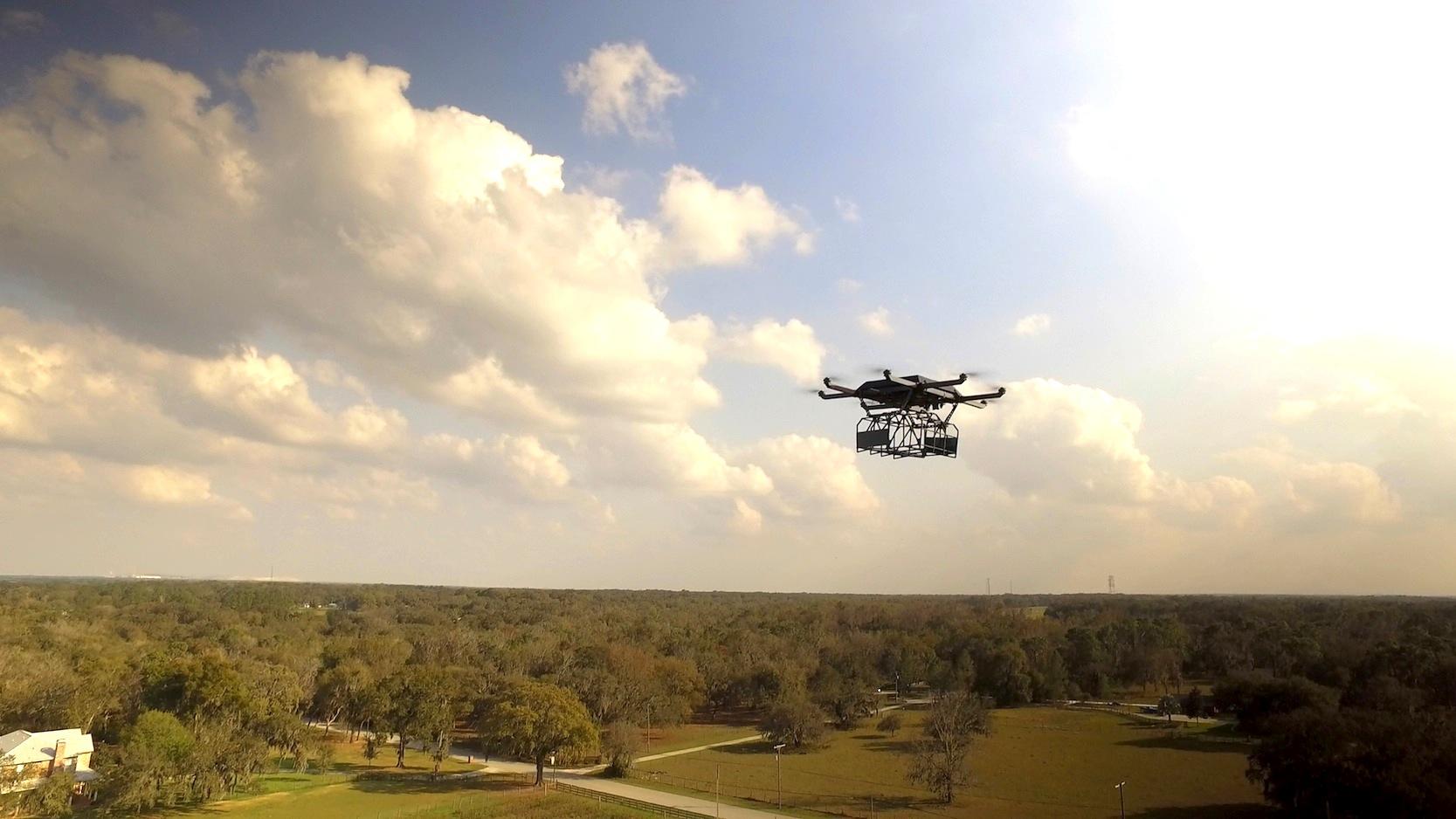 Die Drohne kann Pakete bis 5 kg befördern.