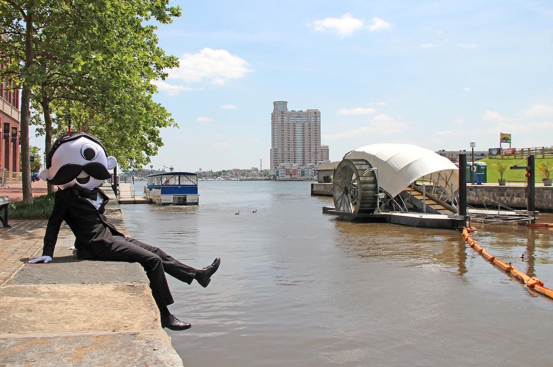 Baltimore hat wieder gut Lachen: Der schwimmende Müllroboter Mr. Trash Wheel filtert den Müll aus dem Hafenbecken. Seit 2014 sind rund 500 t Abfall zusammengekommen.