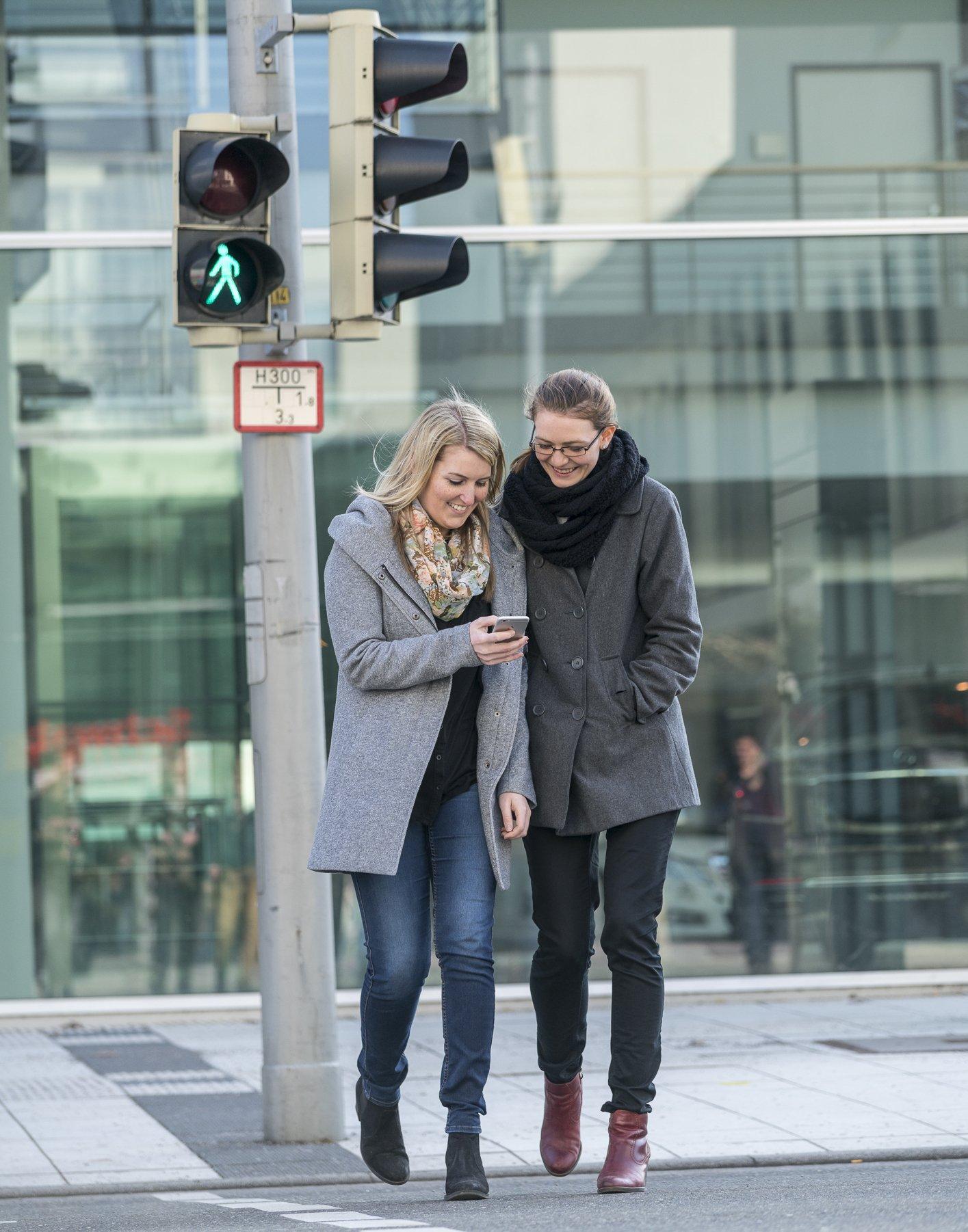 Immer häufiger achten Fußgänger nicht auf den Verkehr, sondern auf ihr Smartphone.