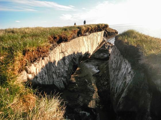 Aufgebrochene Permafrostküste in Alaska: Deutlich zu sehen ist das Methanhydrat, in dem große Mengen Methan gespeichert sind. Die Speichermethode der Natur wollen Chemiker der TU Dresden nun für einen Energiespeicher nutzen.