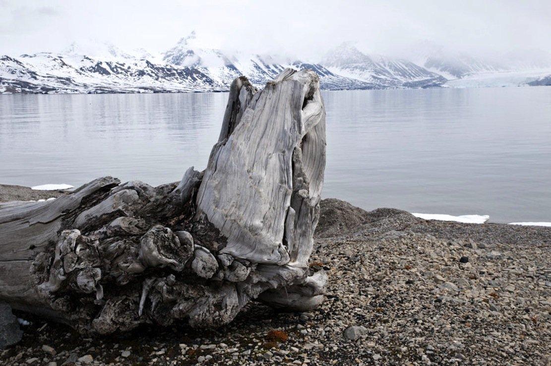 Methanhydrid in der Arktis, das durch das Auftauen von Permafrostböden freigesetzt wird. Methanhydrid ist ein ideales Speichermedium für Methan – wenn man das langwierige Entstehen in der Natur stark beschleunigen könnte. Im Labor funktioniert das bereits.