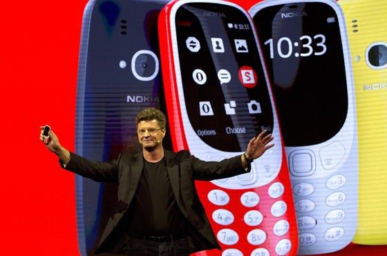 Arto Nummela, Chefder finnischen Firma HMD Global, stellt das neue Model des Nokia 3310 auf demMobile World Kongress in Barcelonavor.