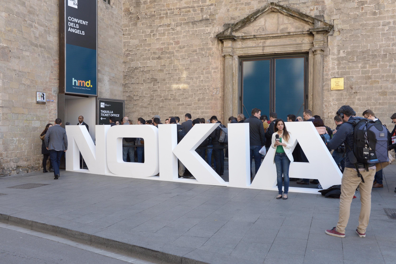 Journalisten und Branchenexperten drängen am 26. Februar 2017 zur Vorstellung neuer Telefone der Marke Nokia am Vortag der Mobilfunk-Messe Mobile World Congress in Barcelona. Der Anbieter HMD Global, der jetzt die Namensrechte hält, präsentierte unter anderem eine Neuauflage des klassischen Einfach-Handys Nokia 3310.