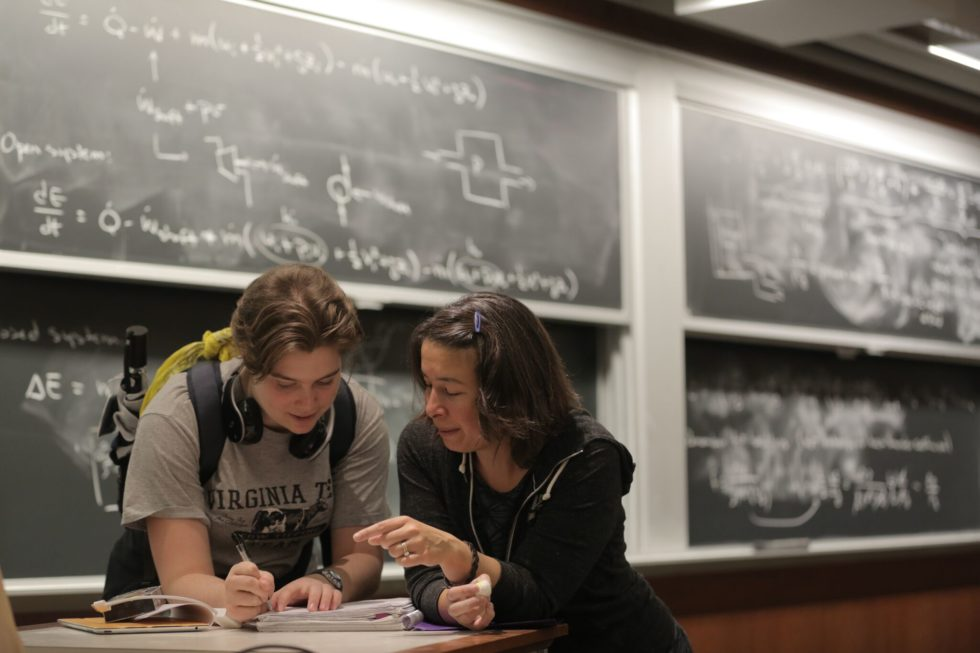 Der direkte Draht zu Professorinnen und weiblichen Mitarbeitern scheint Studentinnen wichtig zu sein. Hier im Bild spricht MIT-Maschinenbauprofessorin Anette Hosoi mit einer Studentin.