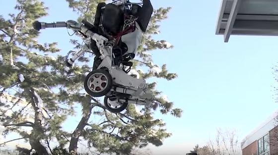 Roboter Handle von Boston Dynamicsschafft bis zu 1,20 m hohe Sprünge und landet wieder sicher auf dem Boden.