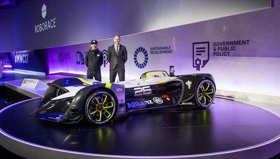 Im Rampenlicht: Roborace-ChefDenis Sverdlov und sein Chefdesigner Daniel Simon (li.) präsentierten auf demMobile World Congress in Barcelona das Robocar. Der Rennwagen fährt voll autonom und elektrisch.