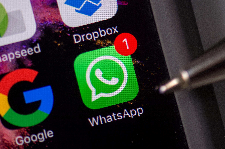 Der Tipp von WhatsApp, um mehr Datensicherheit zu erreichen: Das Abspeichern von Mediendaten im Smartphone in den Einstellungen unterbinden. (Bildquelle: dpa)