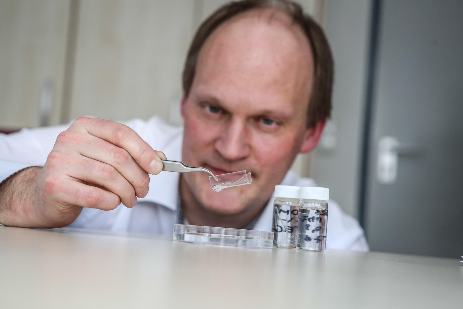 Professor Jörg Tiller im Labor: Gemeinsam mit weiteren Forscher der TU Dortmund ist es ihm gelungen, das erste steife Hydrogel zu entwickeln.