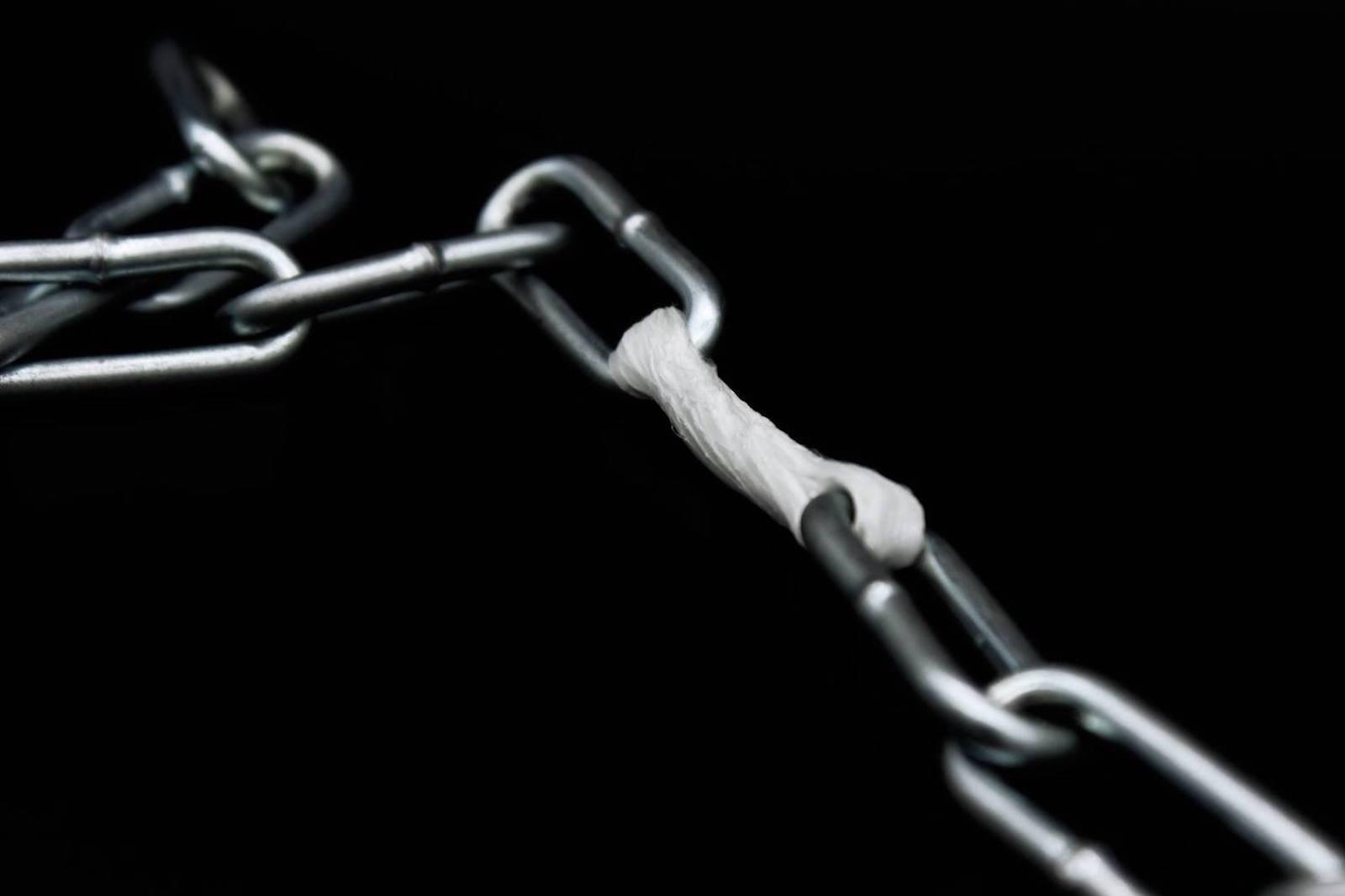 Reparierte Kette: Das Plastikband lässt sich erwärmen, formen und ist danach hart wie Stahl.