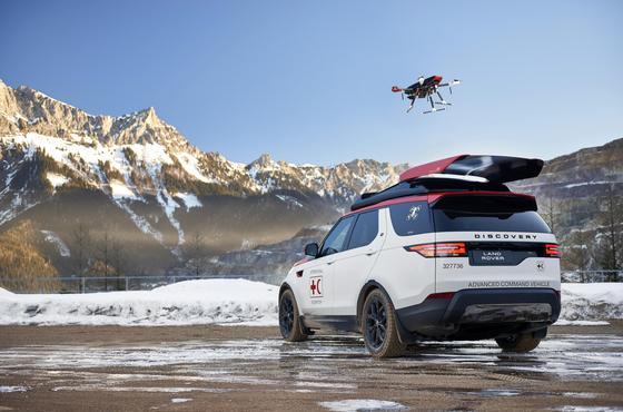 Start einer Drohne vom Dach des Land Rover Discovery: Der britische Autohersteller hat für Katastropheneinsätze einen Geländewagen mit einem Dachhangar für Drohnen ausgerüstet, die sogar während der Fahrt starten und landen können.