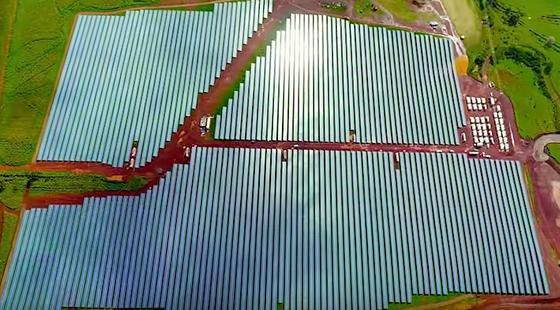 Für den neuen Solarpark auf Kauai von Tesla wurden 55.000 Solarpanels installiert. Zwischengelagert wird die Kraft der Sonne in 272 Tesla-Powerpacks.