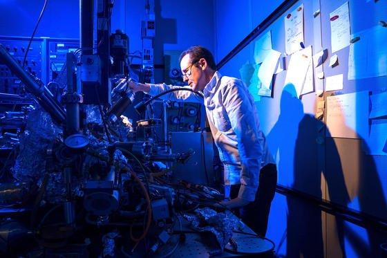 Christopher Lutz von IBM-Research in Almaden am Rasterelektronenmikroskop: Hier schafften es die IBM-Forschermit Hilfe eines einzelnen Atoms den weltweit kleinsten Magneten herzustellen und darauf ein Datenbit zu speichern.