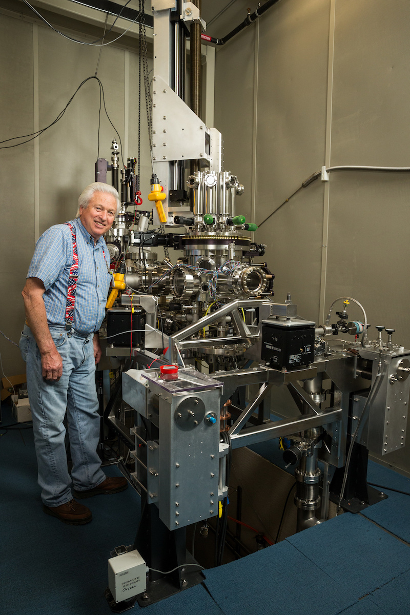 Mechaniker Bruce Melior vor dem IBM-Rastertunnelmikroskop, das die beiden Physiker Gerd Binnig (Deutschland) und Heinrich Rohrer (Schweiz)entwickelt haben, und wofür sie 1986 mit dem Nobelpreis ausgezeichnet wurden.