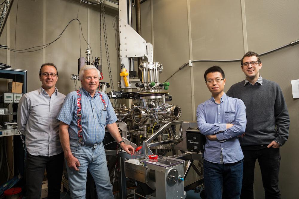 Die IBM-Wissenschaftler Chris Lutz, Bruce Melior, Kai Yang und Philip Willke (v.l.n.r.) nutzten das Rastertunnelmikroskop, um den kleinsten Magneten der Welt aus einem Atom zu schaffen und darauf Daten zu speichern. Das Forschungsergebnis könnte irgendwann dazu führen, dass alle 35 Millionen Songs in der iTunes-Bibliothek auf eine kreditkartengroße Festplatte passen würden.
